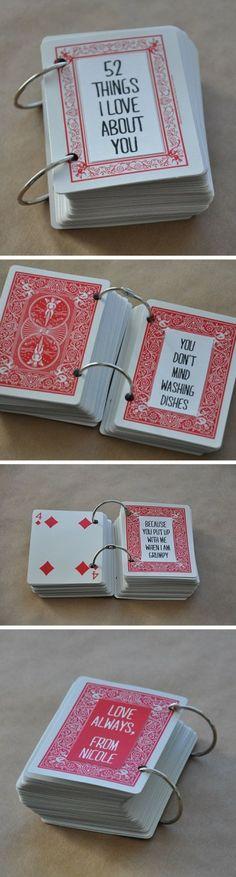 Akár a partnernek, akár gyerekkel apának, anyának ajándékba. Kártyapakli kilyukasztva, karikára vagy fonálra felfűzve, oldalir pedig írhatsz, festhesz. Címe: 52 dolog amiért szeretlek. Csak francia kártyával.