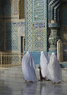 Pilgrims in Mazar-e Sharif outside the Shrine of Hazrat Ali, Afghanistan (by zygmontek). Islamic Architecture, Art And Architecture, Blue Mosque, Hazrat Ali, Imam Ali, People Of The World, Places To Travel, Travel Destinations, Central Asia