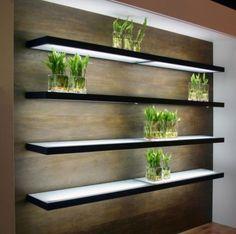 Itens de decoração bastante simples, à primeira vista, as prateleiras ganham outra cara quando iluminadas. Esse modelo em alumínio e vidro translúcido (acidato), para fixação em paredes, possui iluminação interna.