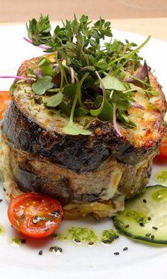 Hoy te traemos las 5 recetas vegetarianas de Grecia. Te invitamos a hacer un recorrido por Atenas, Miconos, Olimpia, Meteora y Santorini a través de las recetas autóctonas… ¡y sin carne!  Aquí te dejamos el paso a paso para preparar una deliciosa ensalada griega, una crema de Tzatziki, una Musaka vegetariana (la de la foto) y más!!  en siendosaludable.com #recetasvegetarianas #vegetarianlove #veganfood #comunidadvegetarianos #comidasaludable #Musakavegetariana #Tzatziki…