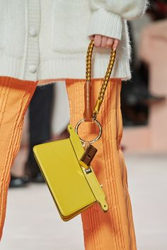 Fendi Fall 2020 Ready-to-Wear Fashion Show - Vogue Fashion Bags, Runway Fashion, Fashion Show, Fashion Accessories, Fashion Trends, Fashion Fashion, Vogue Paris, Fendi Peekaboo Bag, Chevron