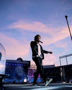 The sky is beautiful but Louis is One Direction Fotos, Four One Direction, One Direction Pictures, One Direction Concert, Waterloo Road, Nicole Scherzinger, Liam Payne, Zayn Malik, Niall Horan