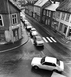 BILTRAFIKK PÅ BAKKLANDET: Dette bildet viser trafikken som skulle over Gamle Bybro i ettermiddagsrushet i 1983. Foto: Adresseavisens fotoarkiv. Trondheim, Pictures