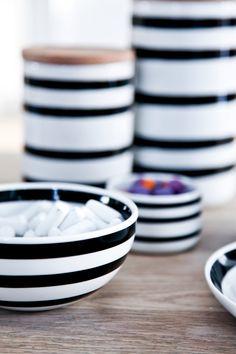 HUSiNORD: GRAFISKE GENISTREKER FRA KÄHLER 2 Nordic Home, Danish Design, Decoration, Home Kitchens, Barware, Sweet Home, Dishes, Cool Stuff, Tableware