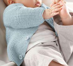 Un petit modèle de gilet au point mousse pour le tout petit tricoté en Fil cabotine, coloris Azur. Les débutantes vont adorer pouvoir tricoter ce modèle facile et adorable.Modèle N°7 du mini-catalogue N°644 : Printemps/Eté 2016, Layette Arm Knitting, Knitting For Kids, Baby Knitting Patterns, Baby Vest, Baby Cardigan, Brei Baby, Pull Bebe, Crochet Baby Clothes, Baby Boy Outfits