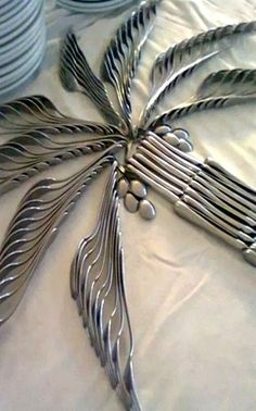 Creative Cutlery Display for a special event - palm tree is formed by using forks for palm leaves, knives for the trunk and spoons for the coconuts. Perfect for a tropical-themed party! folding ideas for cutlery 31 Clever Ways To Up-cycle Silverware Place Settings, Table Settings, Napkin Folding, Luau Party, Diy Party, Decoration Table, Food Art, Wedding Table, Wedding Cutlery