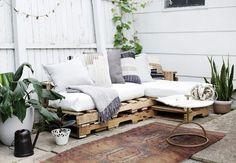 Der er ingen grænser for, hvad du kan lave med paller! Pallet Furniture Designs, Pallet Garden Furniture, New Furniture, Outdoor Furniture Sets, Furniture Removal, Furniture Stores, Furniture Ideas, Wood Pallet Couch, Wood Pallets