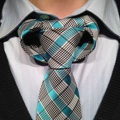 How to tie the Linwood Taurus Necktie Knot Video)  I hate this knot.