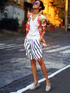 look-blazer-floreado-short-listrado-street-style