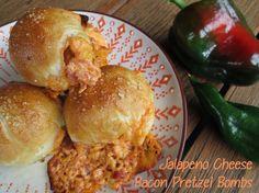 Jalapeno Cheese Bacon Pretzel Bombs / Laugenbrötchen gefüllt mit Jalapeños, Käse und Speck / http://sandrasbackfabrik.de/jalapeno-popper-bacon-cheesy-pretzel-bombs/