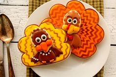 Chevron Turkey Cookies - The Bearfoot Baker Fall Decorated Cookies, Fall Cookies, Holiday Cookies, Cupcake Cookies, Sugar Cookies, Cupcakes, Halloween Cookies, Thanksgiving Baking, Thanksgiving Cakes