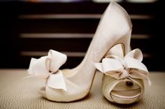 white satin heels open toe, with a gorgeous bow. My feet will sure hate me, but i'll look ah-mazing Myrtle Beach Wedding, Beach Wedding Shoes, Dream Wedding, Perfect Wedding, Wedding Pumps, Ribbon Wedding, Garden Wedding, Cute Shoes, Me Too Shoes