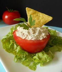 Une entrée à base de tomate, de thon et de fromage ail et fines herbes....