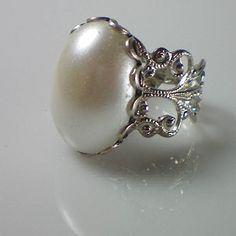 Anne Boleyn Pearl Ring -The Anne Boleyn Files Royal Jewelry, Jewelry Box, Jewelery, Jewelry Accessories, Geek Jewelry, Dinastia Tudor, Los Tudor, Antique Rings, Antique Jewelry