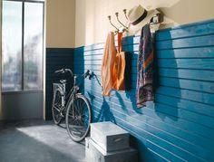 On ose le côté peps du parement bois coloré et juste en sous-bassement pour une entrée qui impose une ligne design à votre intérieur