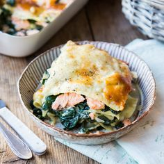 Wenn es mal was anderes sein darf: Lachs trifft auf Spinat trifft auf cremige Bechamelsauce trifft auf Lasagne. Schon steht dir der Lasagne-Himmel offen!