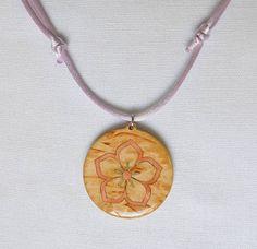 Colgante de flor en madera/wooden flower necklace