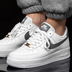 Learn how to clean white sneakers (Click in photo to watch). Best Sneakers, Sneakers Fashion, Fashion Shoes, Shoes Sneakers, Sneakers Mode, Grey Nike Sneakers, Nike Fashion, Fashion Outfits, Women's Shoes