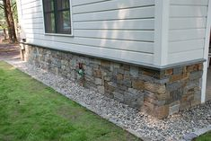 Natural Thin Stone Veneer is fabricated to offer the original beauty that only natural quarried stone can provide but is designed for a lightweight non-structural installation. Stone Veneer Exterior, Stone Siding, Exterior Siding, Exterior Design, Diy Exterior, Diy Outdoor Fireplace, Fake Stone, Home Luxury, House Foundation