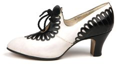Vintage Shoes White leather pumps with black leather applique in the form of petals on the back and vamp. 1930s Shoes, Vintage Shoes, Vintage Accessories, Vintage Outfits, Fashion Accessories, Vintage Leather, Vintage Clothing, Crazy Shoes, Me Too Shoes