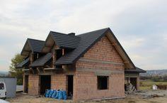 Wybór konstrukcji dachu należy do projektanta. Inwestor wybiera kształt dachu i rodzaj pokrycia.