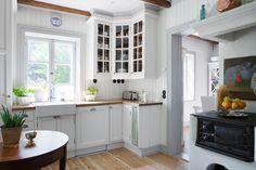 Fiskar Karlssons väg 4 - Ingarö - ESNY Decor, House, Interior, Kitchen Cabinets, Home Decor, Kitchen, Kitchen Dining, Scandinavian Interior Design, Interior Design