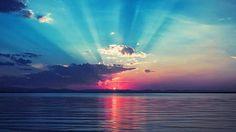穏やかな海と夕日の光を撮影した無料壁紙画像