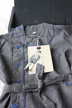 """Jusque dans les années 60, les écoliers portaient tous une blouse pour aller à l'école. Les poches étaient une mine  à """"trésors"""" en tout genre: joli caillou, petits mots des copains, bout de crayon, billes... Ecole Jules Ferry, Camille Redouble, School Days, Old School, Jean Ferrat, Vintage School, Textiles, Adolescence, Little Boys"""