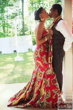 Vestido e penteado lindos, inspirados na cultura africana. Leve esta foto à costureira, garimpe um bom tecido de estampa tradicional africana e faça acontecer!