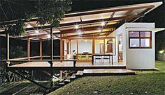 A armação leve de madeira, as telhas de metal e o uso do vidro conferem um ...