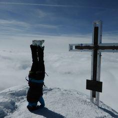 Der Großvenediger ist mit einer Höhe von 3657 m der höchste Berg der Venedigergruppe in den Hohen Tauern sowie Salzburgs. 🗻 Perfekt für Kopfstandübungen. 😉 Es herrscht Unklarheit über die Namensherkunft. Die Fernsicht bis nach Venedig ist jedoch eine oft erwähnte Tatsache. 👉 Genieße auch bei uns, in St. Anton am Arlberg, ein unvergessliches Bergpanorama und lass dich von der Schönheit der Natur verzaubern. ✨  #berge #alpen #Stanton #bergwanderungen #bergsteigen #skigebiet #skifahren Salzburg, St Anton, Mountaineering, Ski, Mountains, Alps, Nature