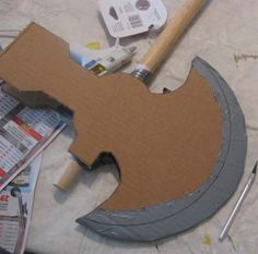 How to Make a Medieval BattleAxe or PoleAxe with cardboard - Trend Girls Party 2019 Cardboard Costume, Cardboard Crafts, Paper Crafts, Viking Party, Medieval Party, Vikings Halloween, Diy And Crafts, Crafts For Kids, Viking Costume