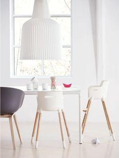 Chaise haute pour enfant et salle à manger blanche éclatante