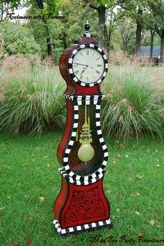 This would be perfect for that Alice in Wonderland meets Tim Burton room. I LOVE THIS CLOCK!!