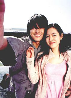 A moment to remember, jung woo sung, son ye jin Korean Actresses, Korean Actors, A Moment To Remember, In This Moment, Film Photography, Couple Photography, Jung Woo Sung, Blue Lantern, Drama Movies