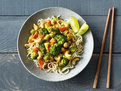 Thaise noedels met broccoli, cashewnoten en limoen