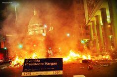 Av. Presidente Vargas em chamas no final dos protestos no Centro do Rio de Janeiro. 20/06/2013.
