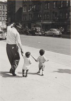 New York, (Man and Two Kids), 1940, Helen Levitt. American (1913 - 2009) (Source: museoreinasofia.es )