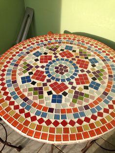 Mandala mosaico Tile Crafts, Mosaic Crafts, Mosaic Projects, Mosaic Art, Mosaic Glass, Glass Art, Mosaic Coffee Table, Mandala Canvas, Mosaic Patterns