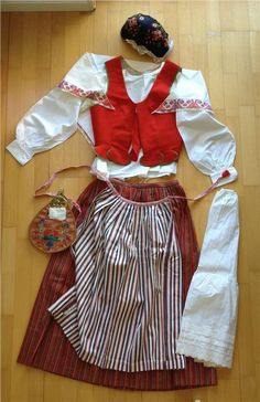 Parts: cap, scarf, blouse, vest, skirt, petticoat, apron & bag. Size 36 or 38. Blouse: neck to hem - 52 cm. 98 cm at narrowest width. Skirt: waist circumference is approximately 72 cm (can be let out.) Length 82 cm (+ hem 13cm). length 82 cm (+ hem 13cm )