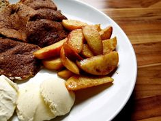 Healthy breakfasts: oat pancakes with cinnamon apples and vanilla eis