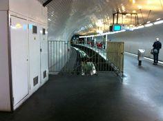 Gambetta : le terminus de la 3bis. On ne peut le voir sous cet angle que parce que la ligne se prolongeait (lorsqu'elle était encore la ligne 3) et que le tunnel a été transformé en couloir voyageurs.
