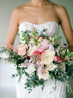 Colorful wedding bouquet   Photography: Kate Weinstein #weddingbouquets