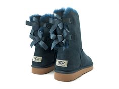 Bota azul lazos UGG Bailey Bow UGG Ref: 4340001 Bota de piel de cordero vuelta en color azul a media caña. Perfectas para el frío. Un clásic...