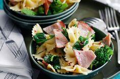 Cheap family meals: Recipes under per head - Bacon and broccoli pasta salad - goodtoknow Salad Recipes For Dinner, Dinner Salads, Lunch Recipes, Healthy Recipes, Yummy Recipes, Savoury Recipes, Healthy Foods, Slimming World Pasta, Slimming World Recipes