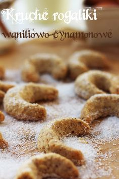 Kruche rogaliki migdałowo-orzechowe w waniliowo-cynamonowej posypce - idealne na Boże Narodzenie Polish Desserts, No Bake Desserts, Dessert Recipes, Polish Food, Delicious Deserts, Yummy Food, Christmas Cooking, Dessert For Dinner, Biscuits