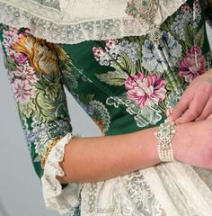 ROA. Verde que te quiero verde. Me encanta. Historical Dress, Historical Clothing, Beautiful Clothes, Beautiful Outfits, Period Outfit, Georgian, 18th Century, Floral Tie, Steampunk