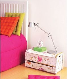 Mesinha de quarto com caixotes de feira...  http://artesanatoquefaz.blogspot.com/
