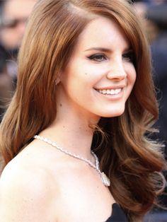 ¡Es hora de tener un nuevo look! Si el tono natural de tu cabello es más claro que el de Lana del Rey, puedes teñirlo tú misma de oro rosa. ¡Se verá increíble!