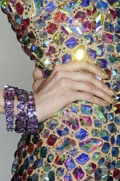 Over de top jurk met multicolor glimsteentjes en bijpassende armbanden